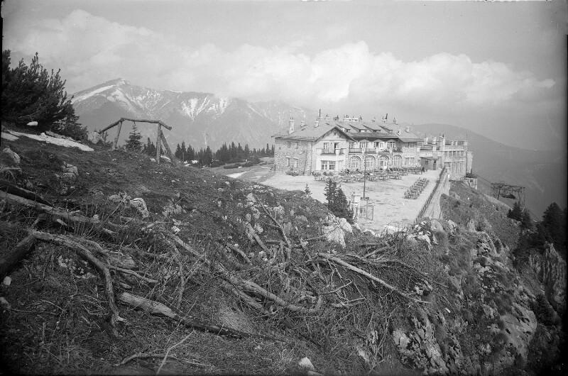 Bergstation der Seilbahn gegen den Schneeberg von Südosten