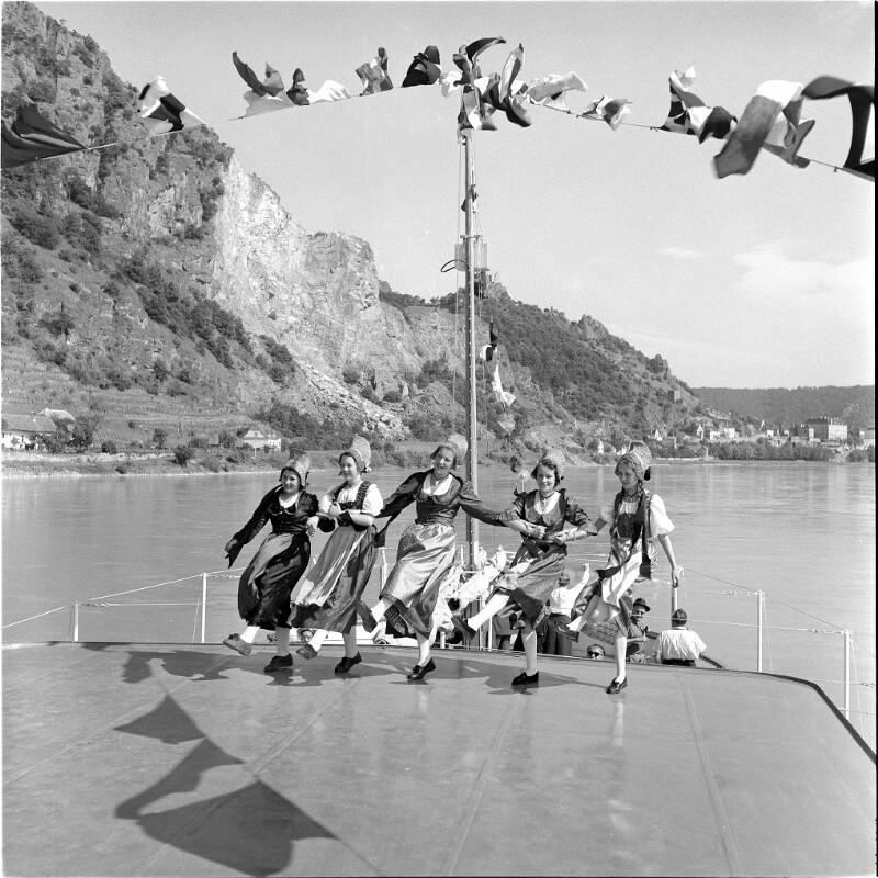 Donaudampfer in Fahrt bei Dürnstein