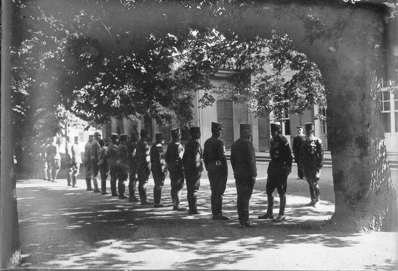 Kaiser Karl I. überreicht Erzherzog Joseph das Militärverdienstkreuz I. Klasse