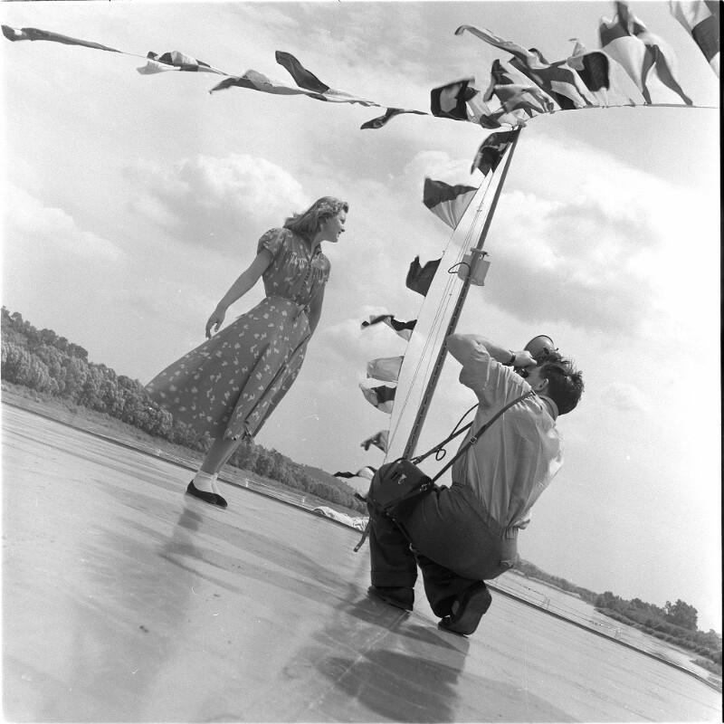 Fotograf findet sein Modell auf dem Heck eines Ausflugsschiffs auf der Donau