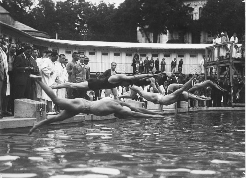 Schwimmkonkurrenz im städtischen Bad Mödling