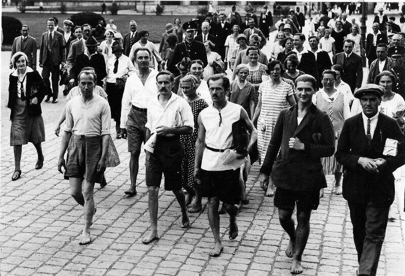 """Marsch der """"Nacktfüssler"""" durch Wien"""
