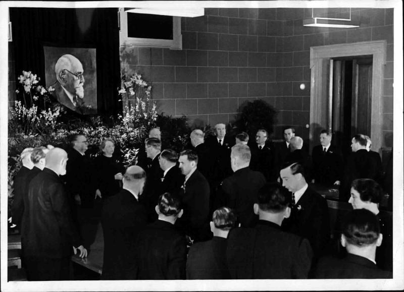 Trauersitzung der sozialdemokratischen Abgeordneten vor Staatsbegräbnis für Renner