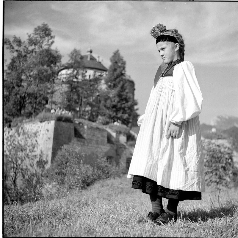 Mädchen in Tracht des Großen Walsertals