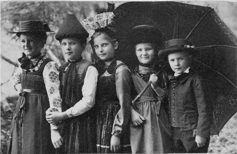 Kinder in  Bregenzerwälder Tracht