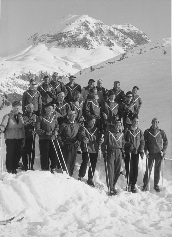 Gruppenbild mit den Lehrern der Skischule Zürs