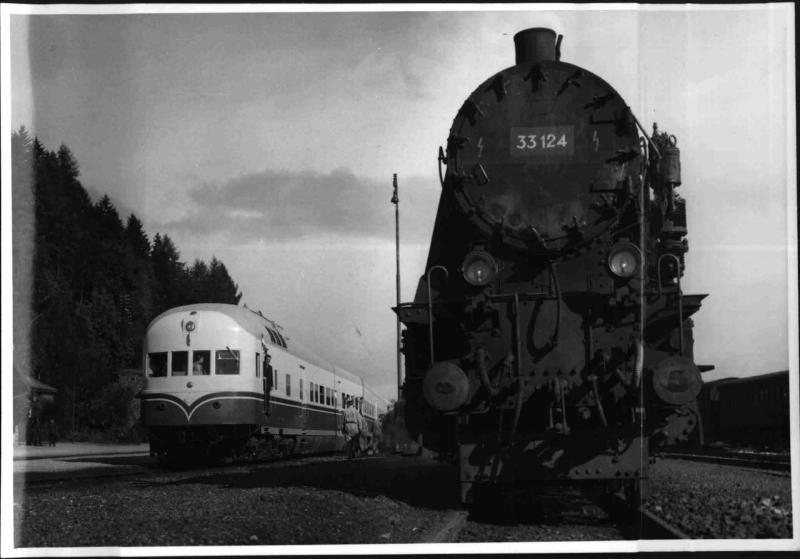 Dieseltriebwagen und Dampflok