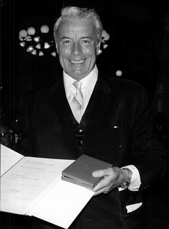 Großaufnahme des Schauspielers und Sängers Johannes Heesters bei der Verleihung der Ehrenmedaille der Stadt Wien