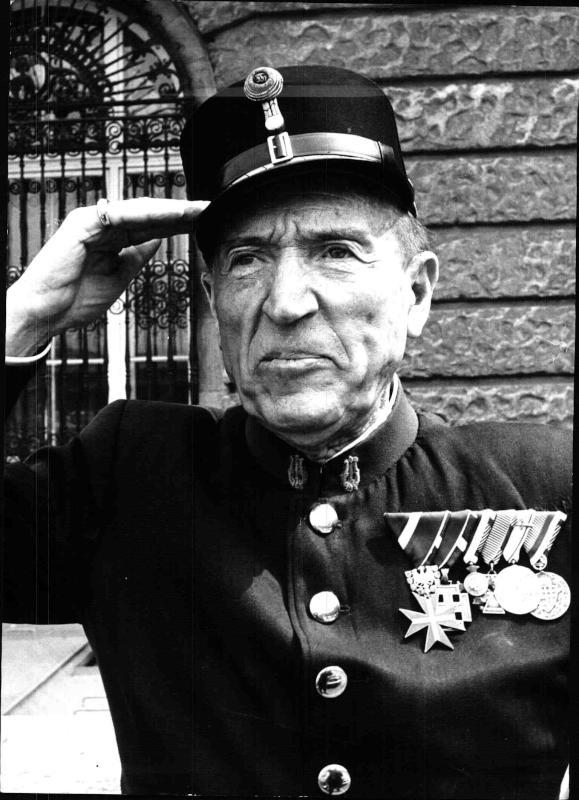 Porträtfoto des Kapellmeisters der Hoch- und Deutschmeister Julius Herrmann in Uniform an seinem 80. Geburtstag