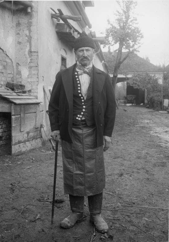 Kleinbauer in Tracht