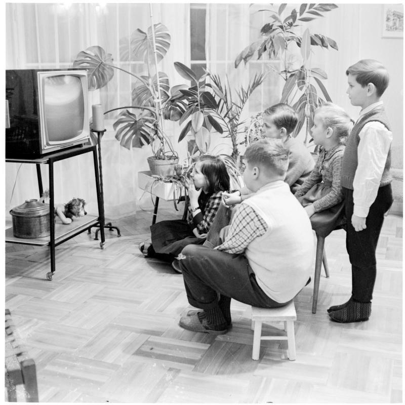 Kinder vor dem Fernseher. TV - Geräte
