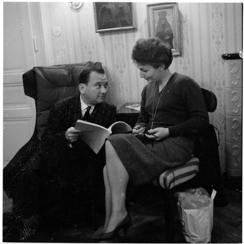 der Burgschauspieler im Schlafrock in seiner Wohnung, daneben sitzt seine Gattin Franziska Kalmar, sie lesen gemeinsam ein Textbuch. Fritz Muliar und seine Gattin