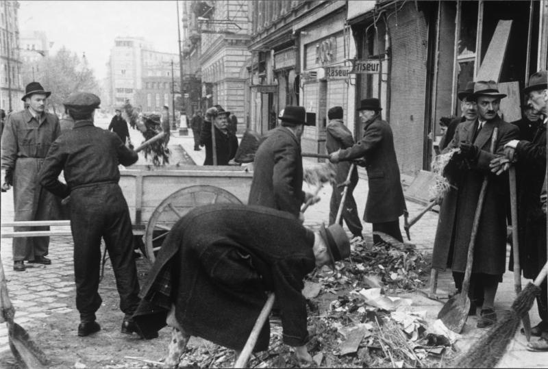 Leute beim Schutt-Aufräumen (Operngasse ?), Wien 1945
