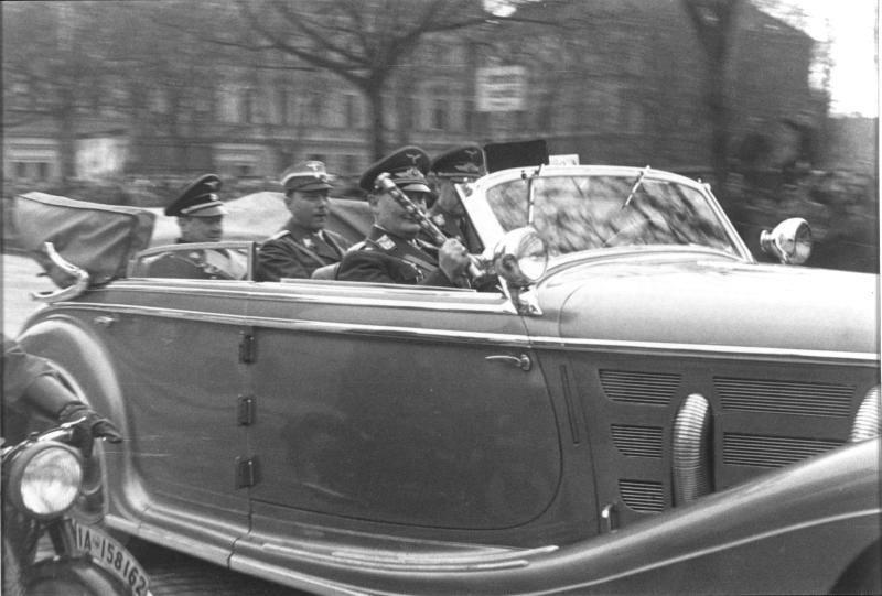 Göring mit seinem Marschallstab im Auto sitzend, Einmarsch