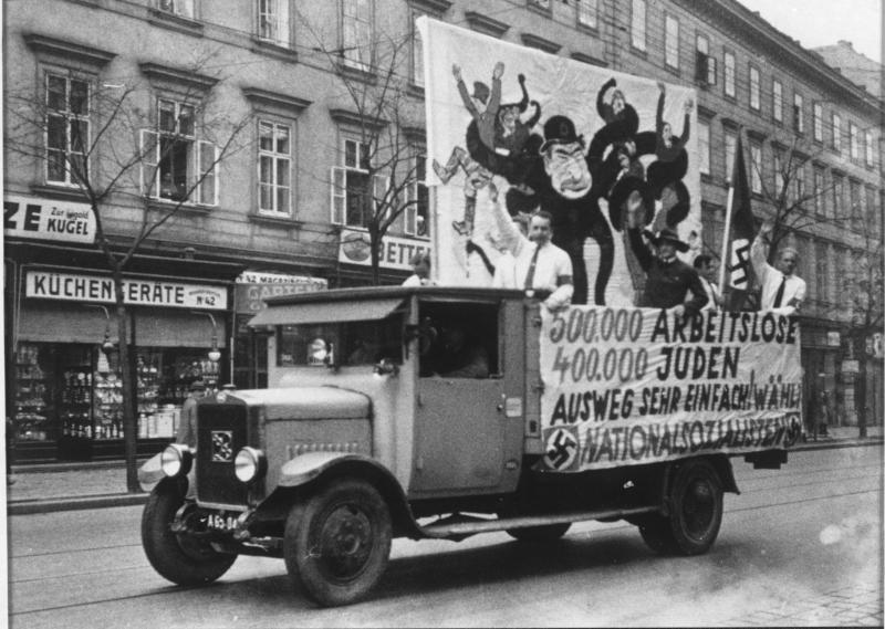 LKW mit Aufschrift: '500.000 Arbeitslose 400.000 Juden Ausweg sehr einfach! Wählt nationalsozialistisch'