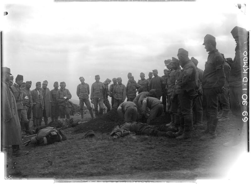 Begraben von Toten am Erino Brdo.