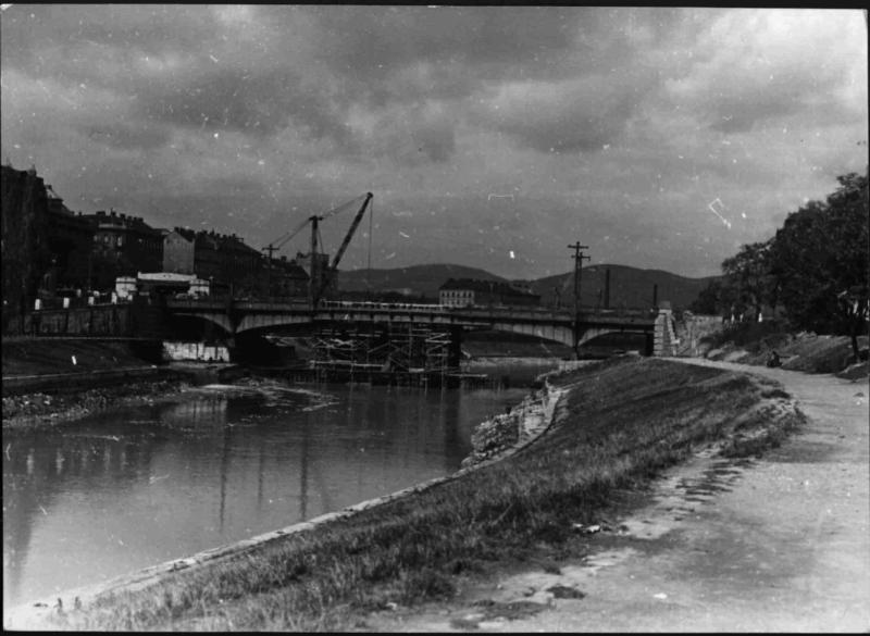 Beschädigte Brücke über den Donaukanal