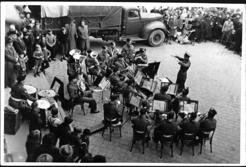 Erstes Platzkonzert der englischen Alliierten