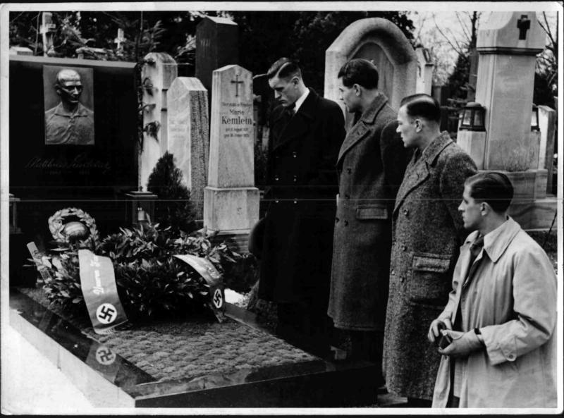 Am Grab von Mathias Sindelar