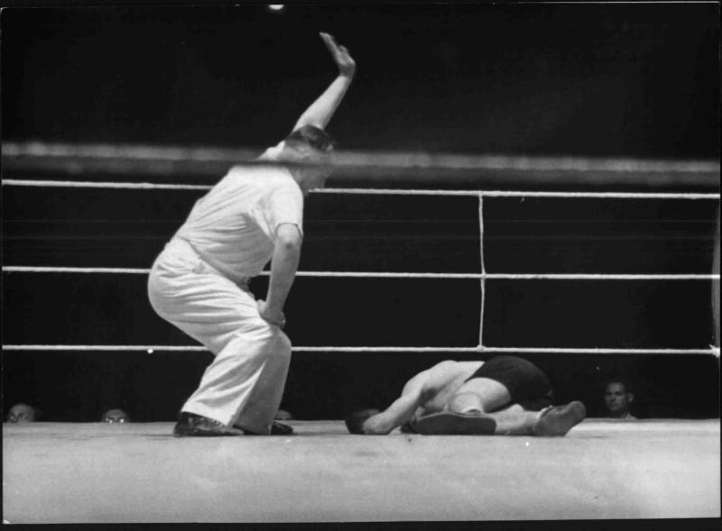 Der Ringrichter zählt bei einem Boxkampf an