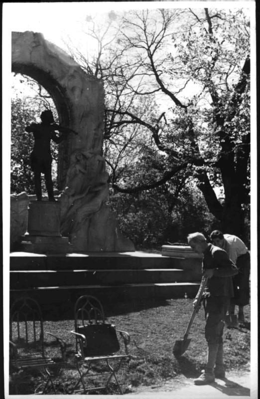Im Wiener Stadtpark vor dem Straussdenkmal