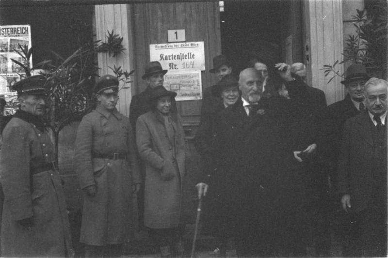 Wahltag, 25. Juni 1945 Seitz betritt Wahllokal, zieht Hut