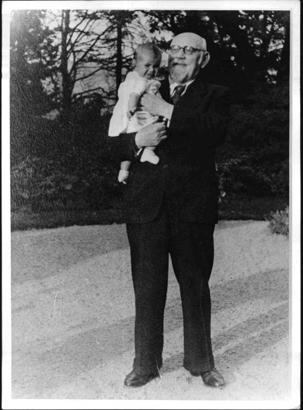 Bundespräsident Renner mit einem Enkelkind am Arm