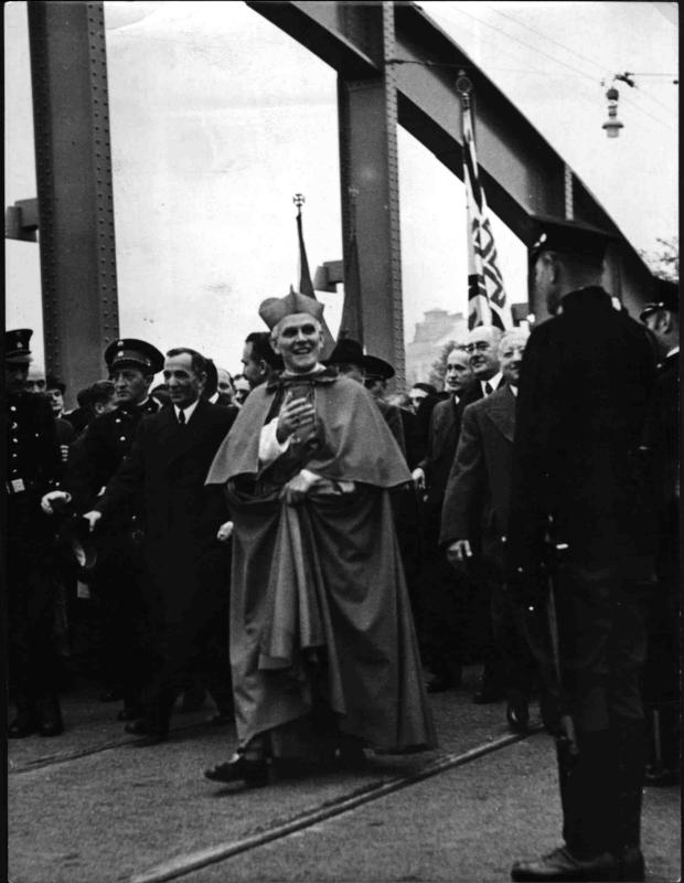 Kardinal Innitzer bei der Eröffnung der Rotundenbrücke