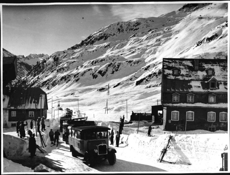 Postbusse mit Wintertouristen in St. Anton am Arlberg