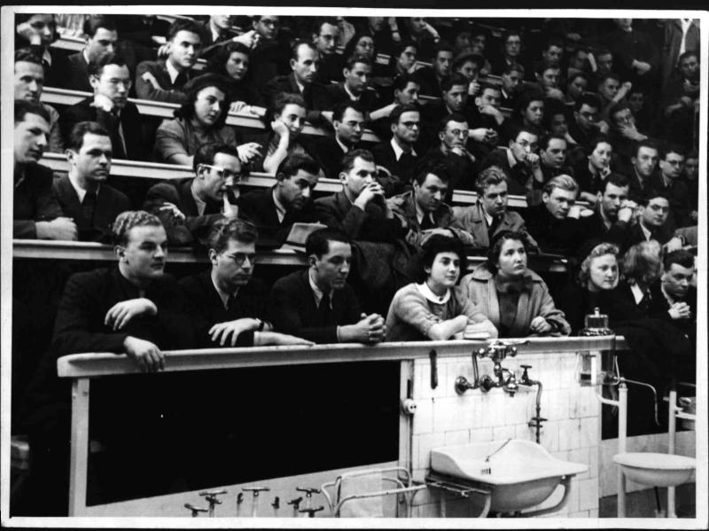 Studenten bei einer Vorlesung von Prof. Leopold Schönbauer