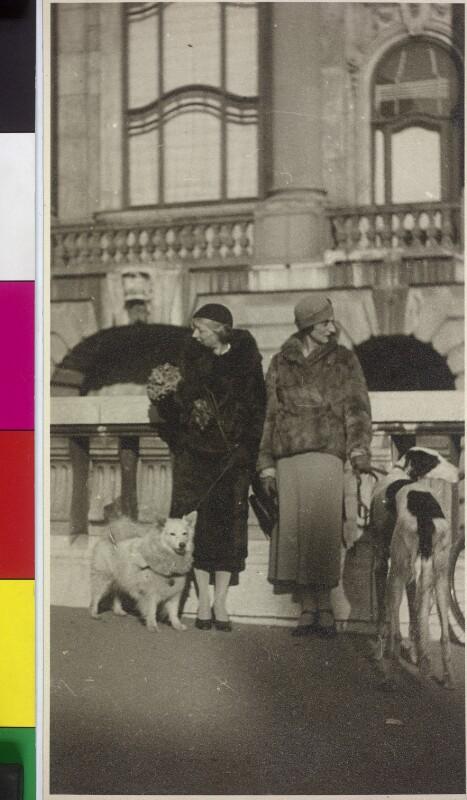 Zwei Damen mit Hunden in Wien