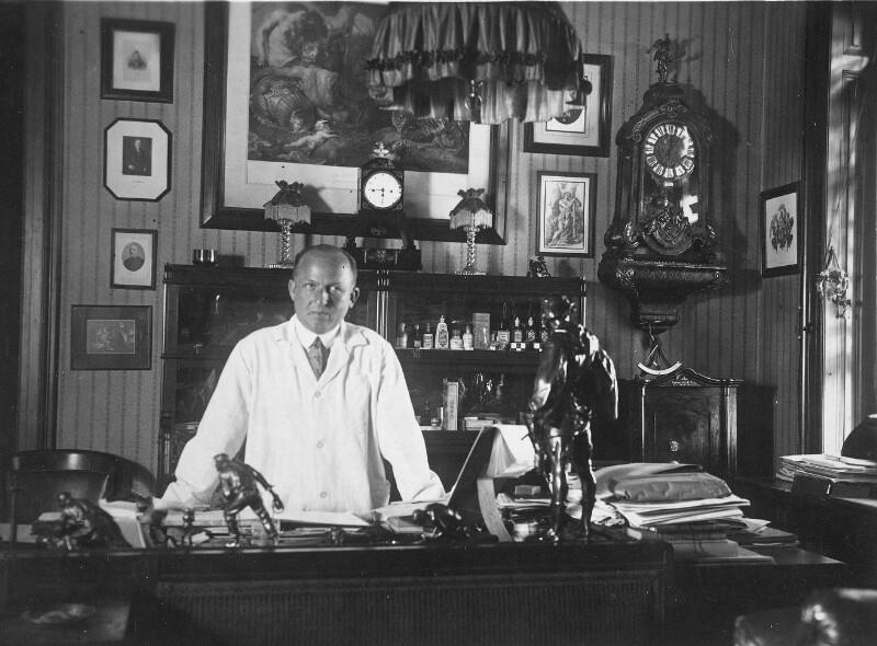Max Wolf in seiner Privatordination in Wien