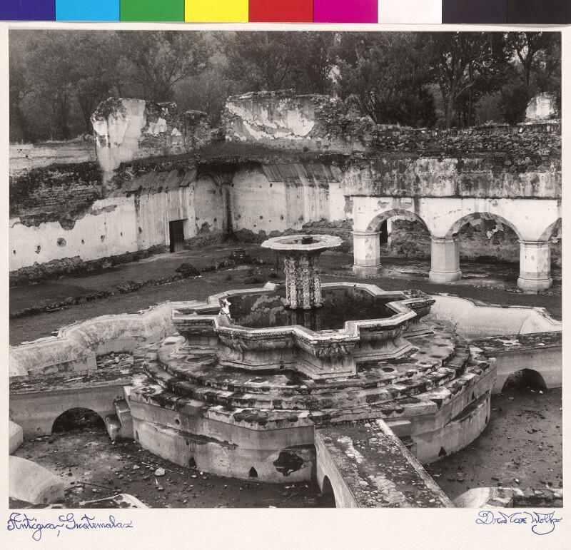 Santa Clara, Kreuzgang mit Ruinen der Brunnenanlage (Antigua, Guatemala)