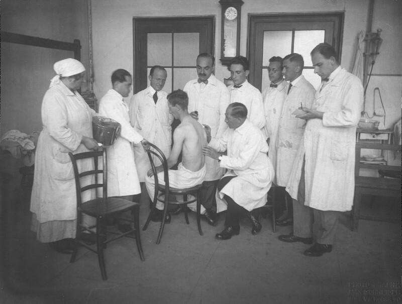 Gabor Nobl bei der Untersuchung eines Patienten