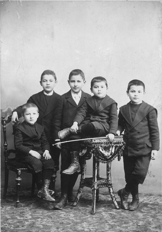 Max Wolf (vorne links) und seine Brüder in Baden