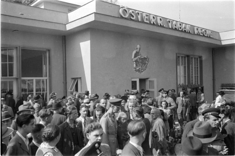 Tabakregie Messe 1947; Publikum auf Wiener Messe vor Halle mit Aufschrift 'Österr. Tabak Regie'