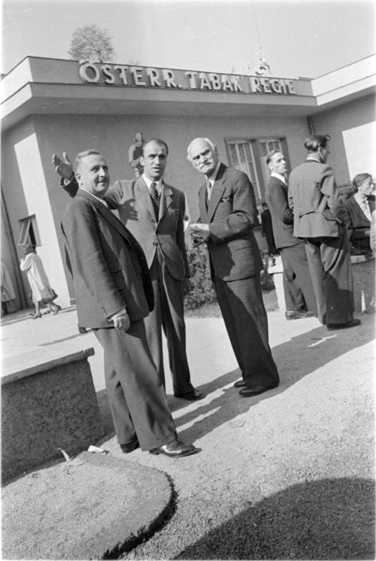 Tabakregie Messe 1947 Wiener Messe, Herren vor Halle mit Aufschrift 'Österr. Tabak Regie'