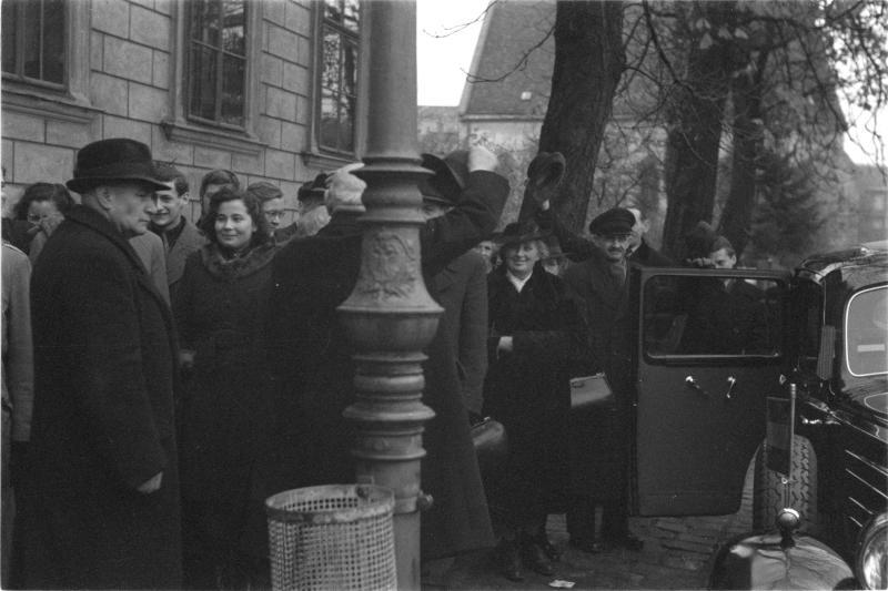 Wahltag, 25. Juni 1945 Menschen vor Wahllokal, Staatskarosse