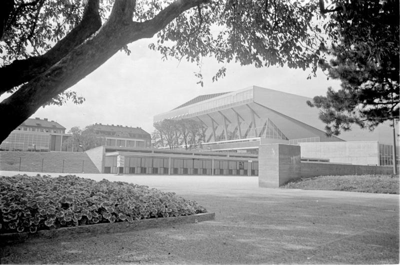 Wiener Stadthalle, August 1958 Außenaufnahme Stadthalle mit Park