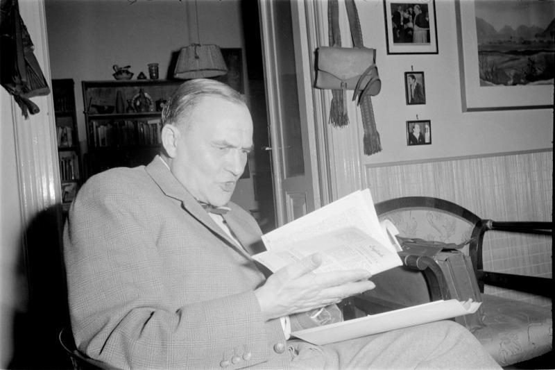 Heimito von Doderer, Österr. Dichter, 5. Nov. 1960 Doderer auf Stuhl sitzend beim Lesen bzw. Vortragen