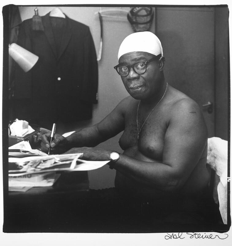 Louis Armstrong mit Badehaube und nacktem Oberkörper