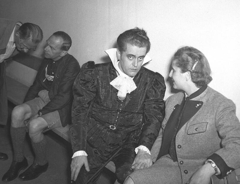 Anton und Hilda Dermota  in der Pause einer Aufführung von  W. A. Mozarts Don Giovanni 1950, Salzburger Festspiele.©Bildarchiv Austria, ÖNB