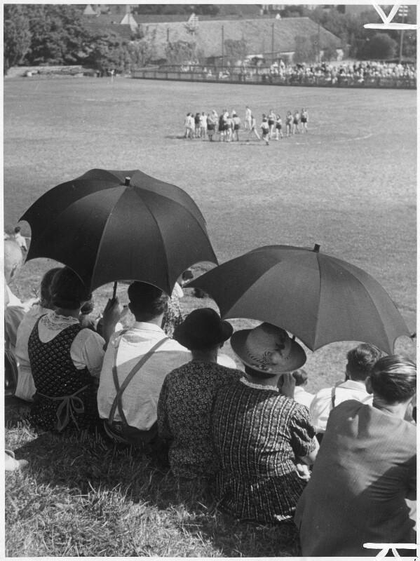 Zuschauer bei einem Fußballspiel
