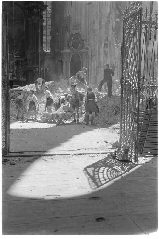 Aufräumungsarbeiten im Stephansdom