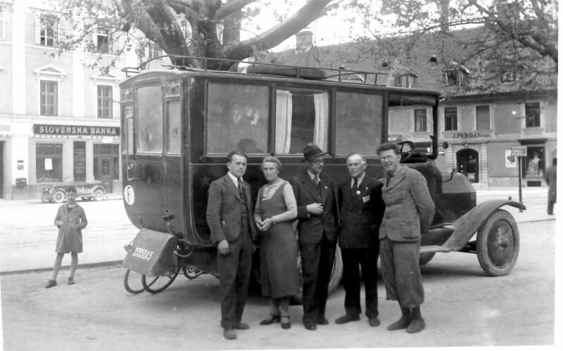 Theresa und Ernest Edward Yelland vor ihrem Wohnmobil, Ljubljana 1937