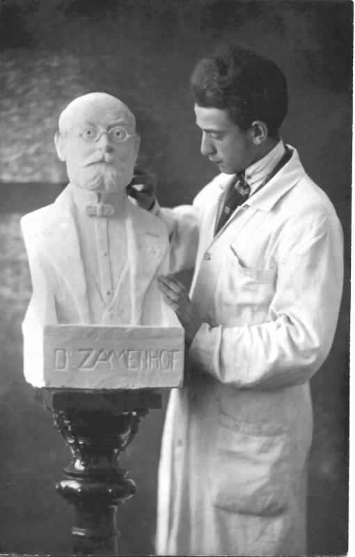 Der Bildhauer E. Hirsch mit Zamenhof-Büste, um 1930