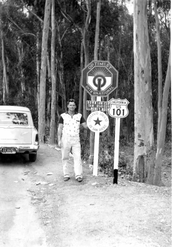 Francis E. Helmuth neben Esperanto-Tafel an der Route 101 vor San Diego, 1955