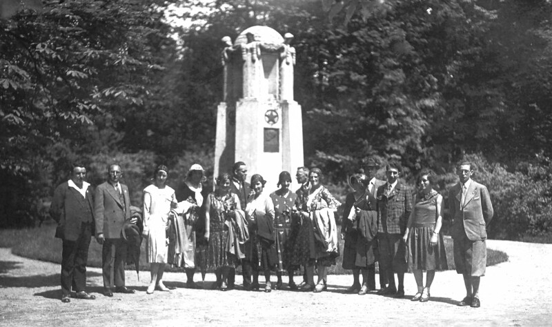Esperantogruppe Weiden vor dem Esperanto-Denkmal in Franzensbad 1931