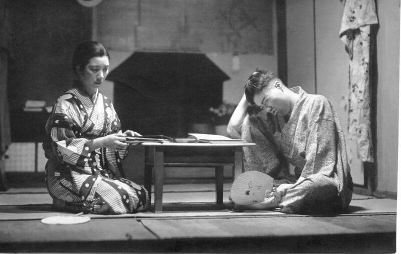 "Ranko Akagi und Sakae Ozawa im Theaterstück ""Sankta Familio"", Japan um 1950"