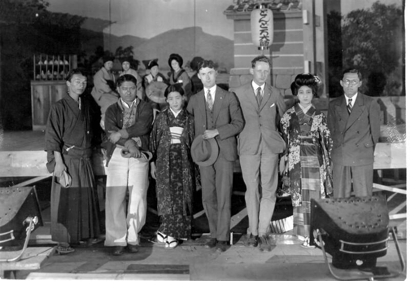 Joseph R. Scherer in einem japanischen Filmstudio nahe Kioto, 1930